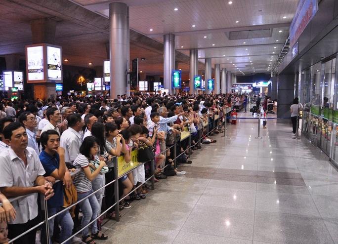 Hàng ngàn người đứng xếp hàng chờ đợi. Một số thời điểm các chuyến bay hạ cánh, nhiều người lại ùa đến, í ới gọi người thân do đang bị mắc kẹt giữa đám đông
