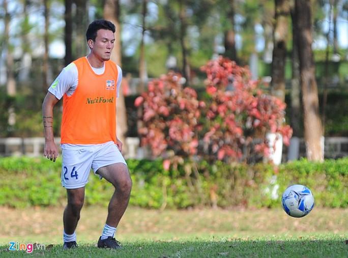 Cầu thủ 3 quốc tịch Mobi Fehr lập công trong trận giao hữu giữa HAGL gặp Đắk Lắk