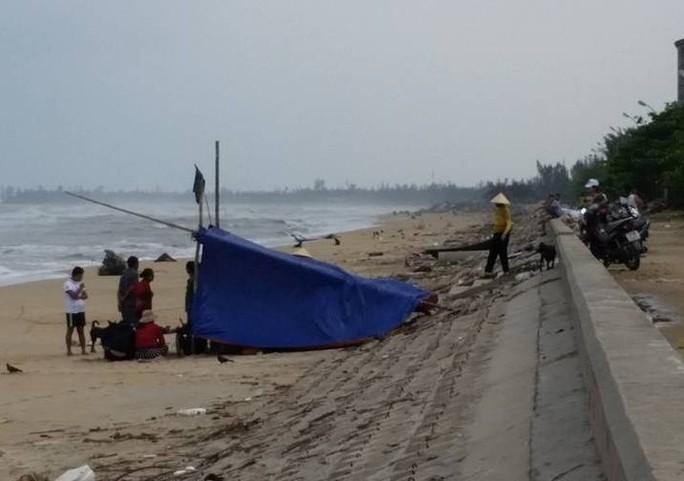 Sóng đánh lật úp thuyền, một ngư dân tử vong trên biển - Ảnh 1.