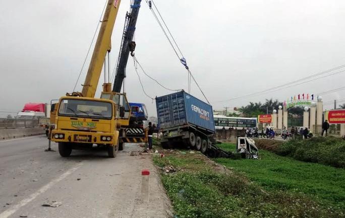 Hiện trường vụ tai nạn, nơi chiếc xe container bị tông bay xuống mương nước trên Quốc lộ 1A qua Thanh Hóa