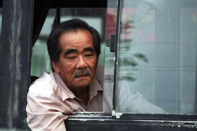 Người đàn ông tỏ ra mệt mỏi vì xe buýt chôn chân.