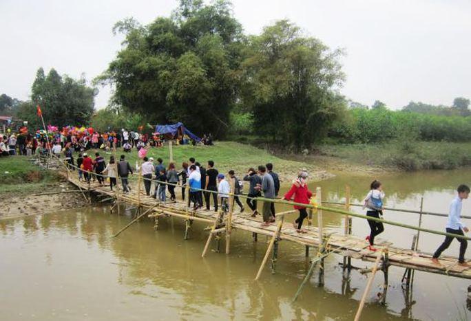 Để tạo thuận lợi cho người dân hai huyện tới tham gia phiên chợ, chính quyền địa phương đã cho dựng tạm 1 cây cầu tre