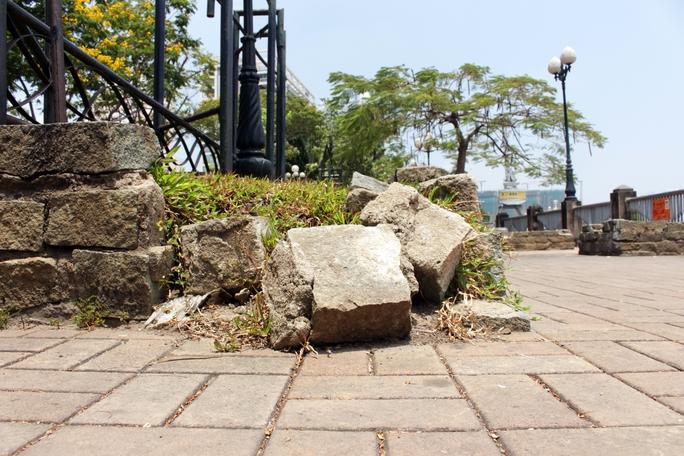 Bên trong công viên nhiều bờ bao, chậu cây đã xuống cấp, đổ bể khắp nơi. Những khu vực này sẽ được cải tạo lại để tạo cảnh quan đẹp, thu hút du khách.