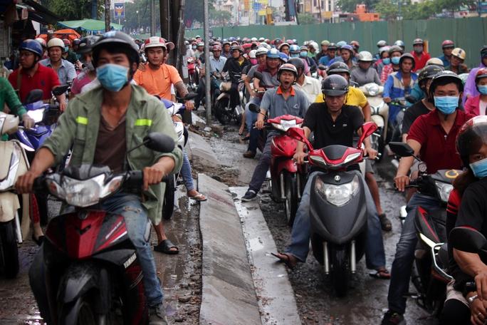 Hàng loạt phương tiện giao thông leo lên vỉa hè để tránh những đoạn ùn ứ để di chuyển nhanh hơn.