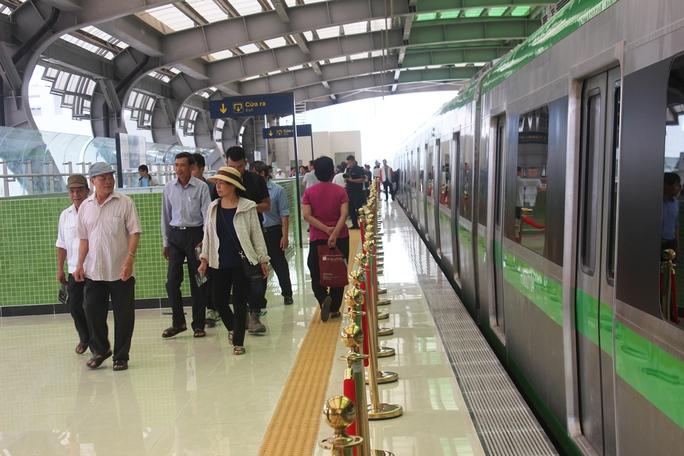 Háo hức mục sở thị tàu đường sắt Cát Linh - Hà Đông - Ảnh 1.