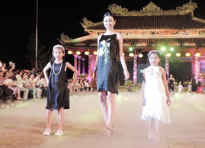 Ấn tượng thời trang tại Đêm lụa Phương Đông huyền ảo          - Ảnh 2.