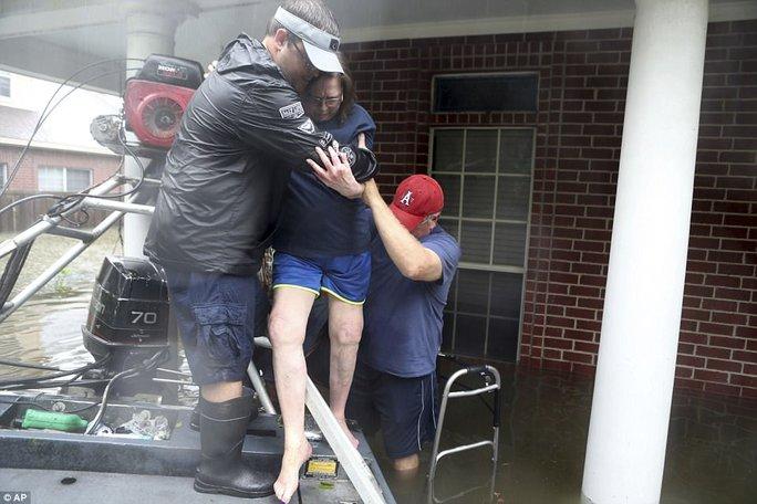 Mỹ xả đập cứu lũ cho Houston - Ảnh 17.