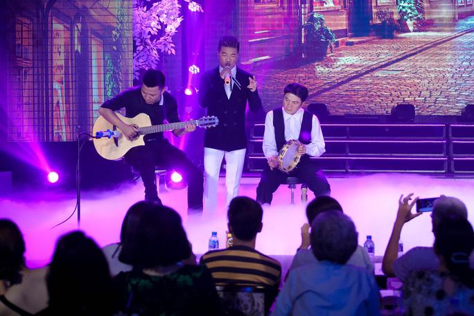 Đàm Vĩnh Hưng vỡ òa khi được fan tổ chức sinh nhật trên sân khấu - Ảnh 9.
