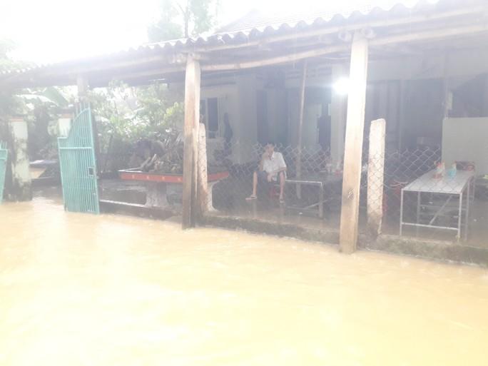 Làng mạc Quảng Nam ngập chìm trong nước, thủy điện vẫn xả lũ - Ảnh 14.