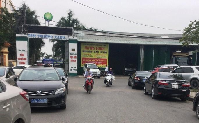 Hàng chục xe biển xanh dự tiệc cưới con trai lãnh đạo tỉnh Quảng Bình - Ảnh 2.