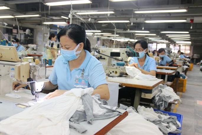 Tỉ trọng xuất nhập khẩu của khu vực FDI chiếm đến 70% tổng kim ngạch xuất khẩu của Việt Nam năm 2016. Sản phẩm chủ yếu vẫn chỉ ở dạng gia công Ảnh: VĨNH TÙNG