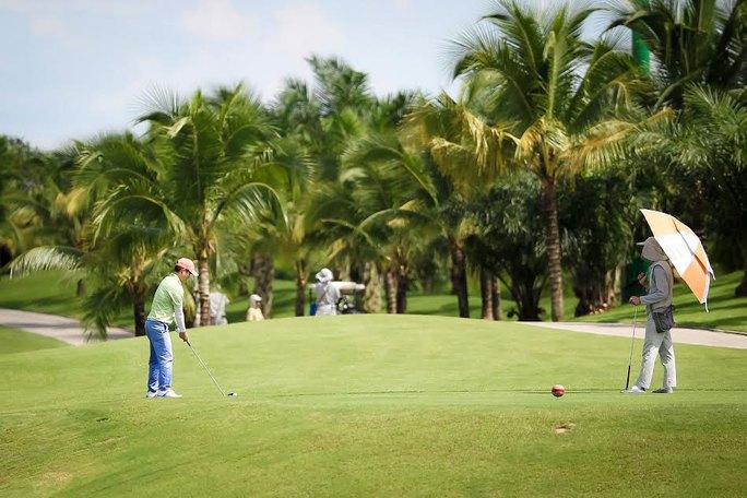 Chặn ôm đất sân golf - Ảnh 1.