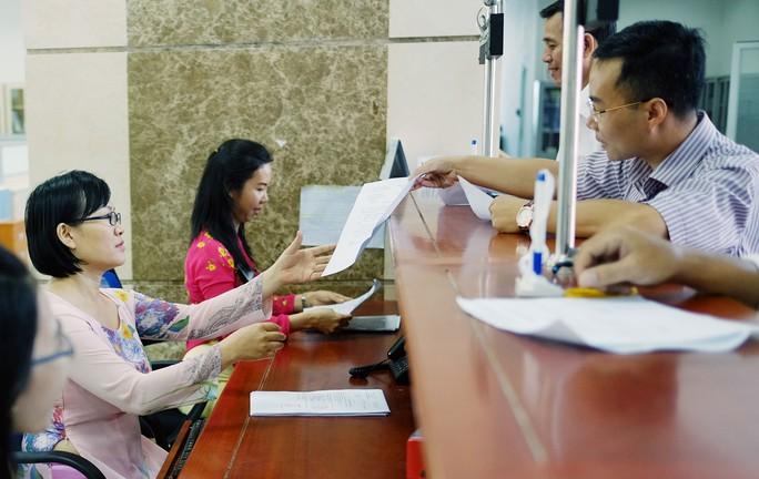 Thủ tướng Nguyễn Xuân Phúc yêu cầu Bộ Tài chính phải có trách nhiệm với từng đồng thuế của dân. Trong ảnh: Làm thủ tục thuế ở Cục Thuế TP HCM Ảnh: HOÀNG TRIỀU