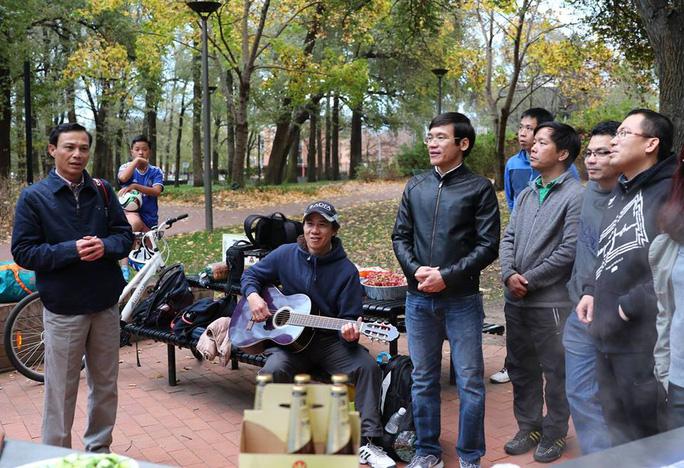 Đại sứ Lương Thanh Nghị (bìa trái) trò chuyện với các bạn du học sinh