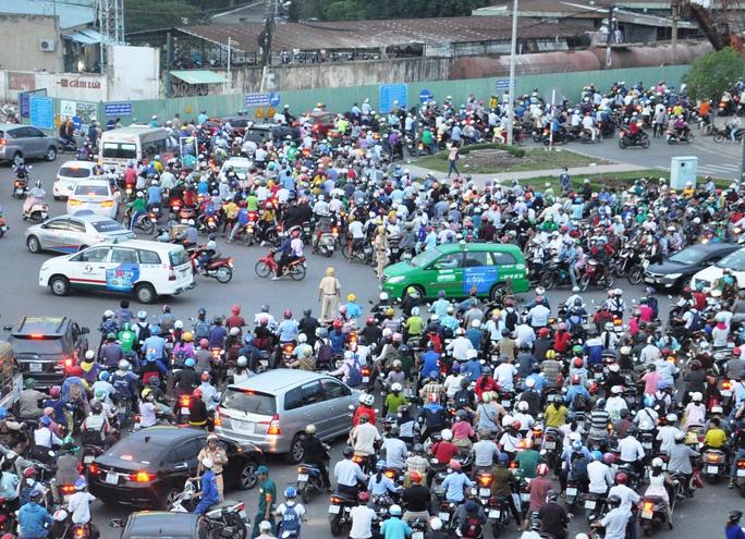 Tình hình nghiêm trọng xảy ra ở 4 trong số 7 tuyến đường đâm qua vòng xoay, gồm: Hoàng Minh Giám, Nguyễn Thái Sơn, Hồng Hà và Nguyễn Kiệm (đoạn một chiều). Dòng xe ken đặc trên 3 tuyến đường này, chậm chạp di chuyển suốt từ 16 giờ 30 phút cho đến gần 20 giờ vẫn chưa có dấu hiệu giảm