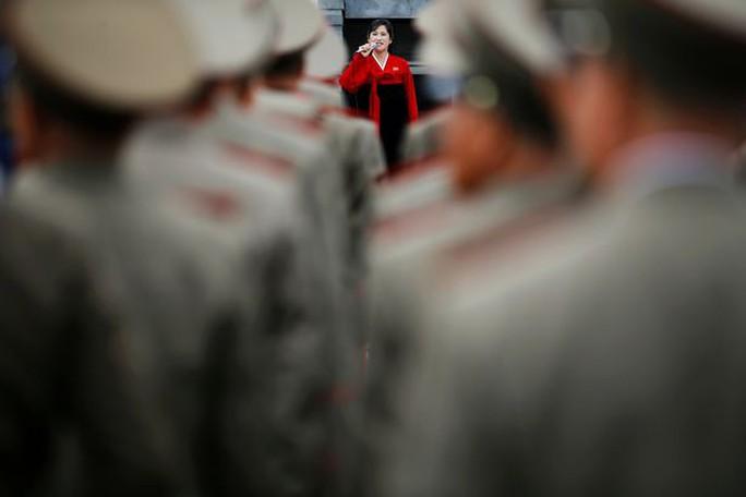 Các quan chức quân đội nghe hướng dẫn viên trình bày tại nơi sinh của cố lãnh tụ Kim Nhật Thành. Ảnh: REUTERS