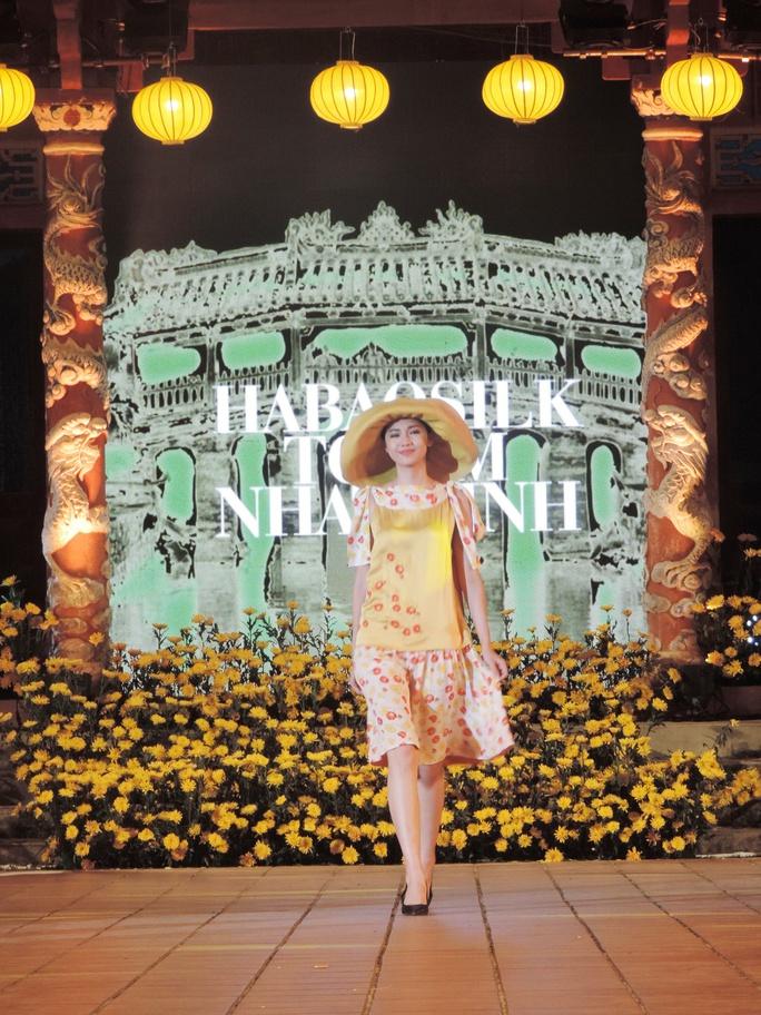Ấn tượng thời trang tại Đêm lụa Phương Đông huyền ảo          - Ảnh 3.