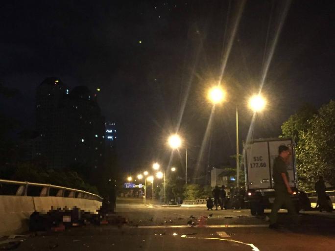 Chạy ngược chiều trên cầu, 2 người bị ô tô tông chết - Ảnh 1.