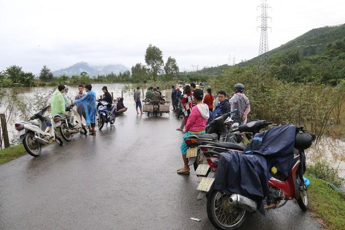 Người dân Quảng Nam dùng xe bò chở xe máy vượt lũ - Ảnh 3.