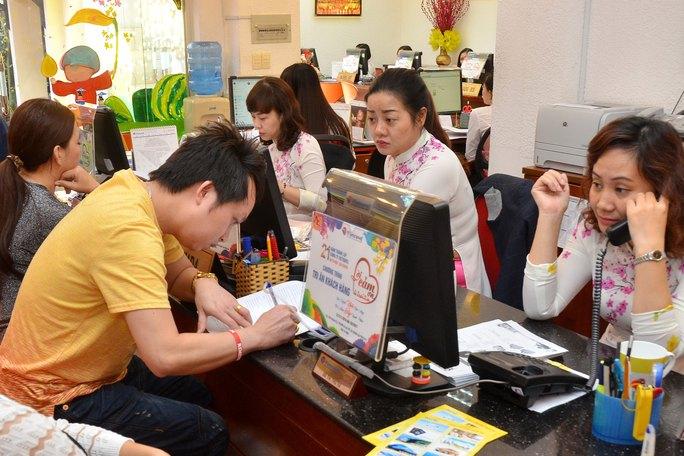 Khách mua tour Tết tại Vietravel Ảnh: TẤN THẠNH