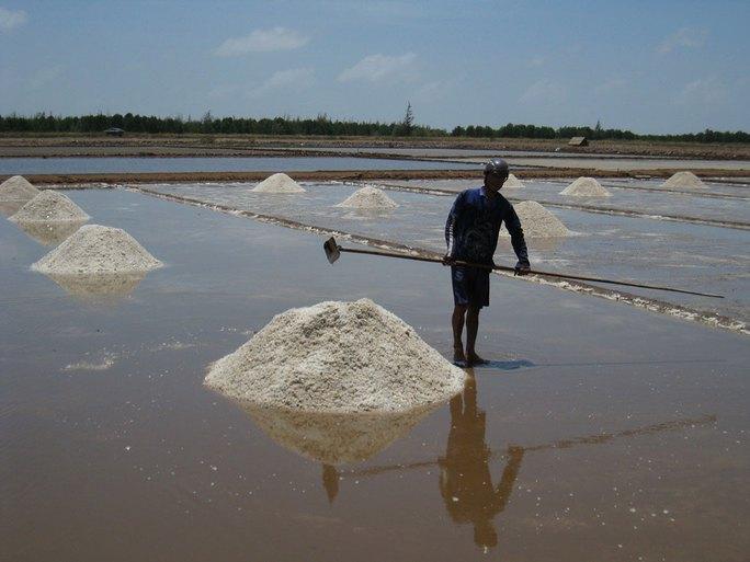 Sản xuất muối đen đã lạc hậu nên diêm dân cần được hỗ trợ chuyển đổi sản xuất Ảnh: DUY NHÂN