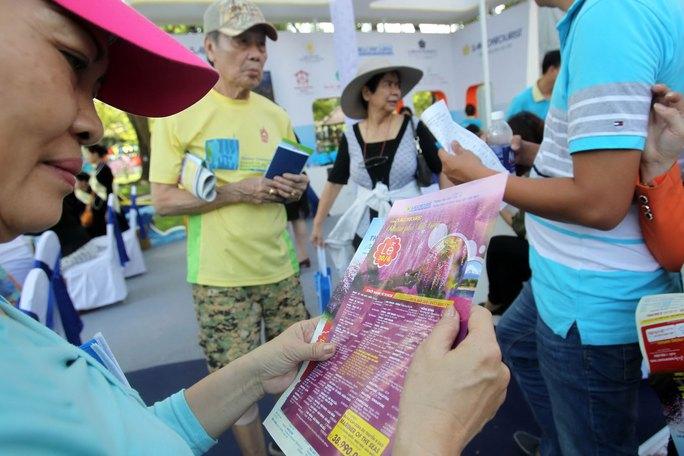 Rất đông khách hàng chọn mua tour du lịch nước ngoài tại Ngày hội Du lịch TP HCM 2017 Ảnh: HOÀNG TRIỀU