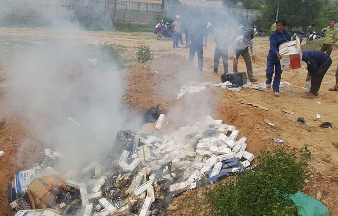 Đà Nẵng tiêu hủy hơn 35.000 bao thuốc lá lậu - Ảnh 1.