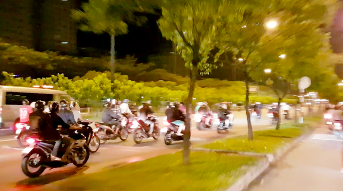 200 quái xế đua xe liên quận ở TP HCM - Ảnh 2.