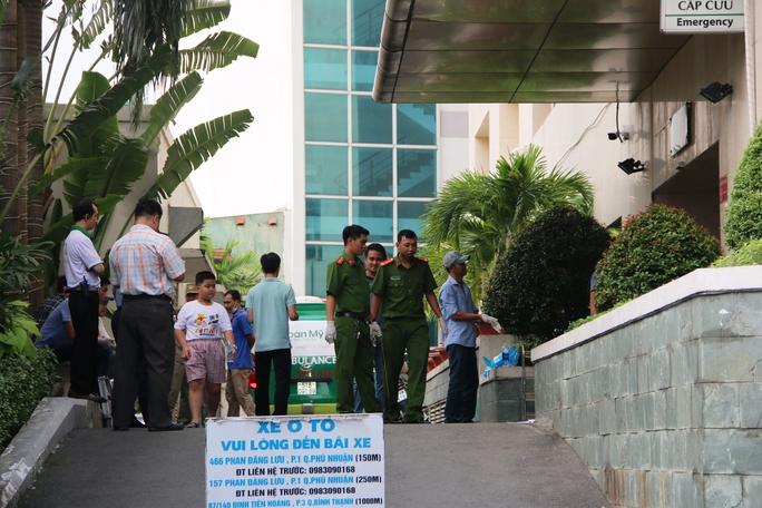 Côn đồ truy sát ở bệnh viện, 4 người thương vong - Ảnh 1.