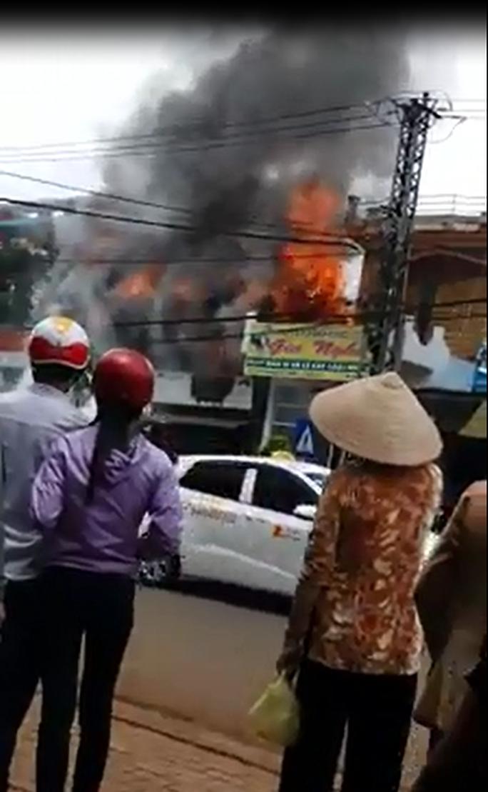 Hỏa hoạn thiêu rụi 3 căn nhà gần cảnh sát phòng cháy chữa cháy - Ảnh 1.