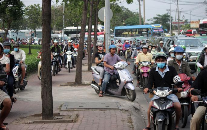 Xe máy leo lên vỉa hè để lưu thông khiến khu vực này cũng nhanh chóng ùn ứ giao thông.