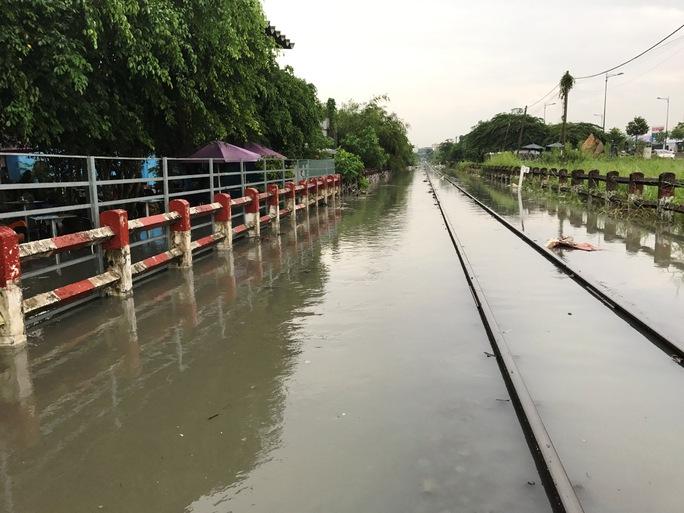 """Đường sắt """"tê liệt"""" gần 1 giờ sau cơn mưa hơn 30 phút - Ảnh 8."""
