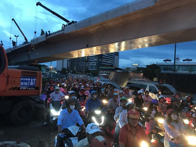 Ngàn người và xe chôn chân quanh sân bay Tân Sơn Nhất - Ảnh 8.