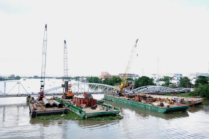 Kinh hãi 27 căn nhà sắp tuột xuống sông Sài Gòn! - Ảnh 1.