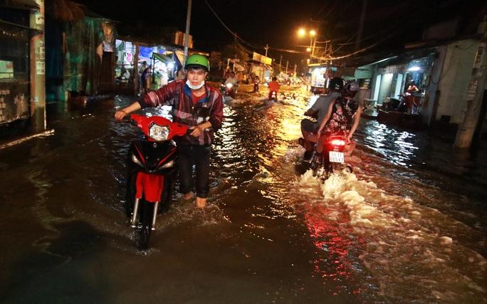 Sài Gòn hụp lặn trong nước ngập đêm đầu tuần - Ảnh 5.