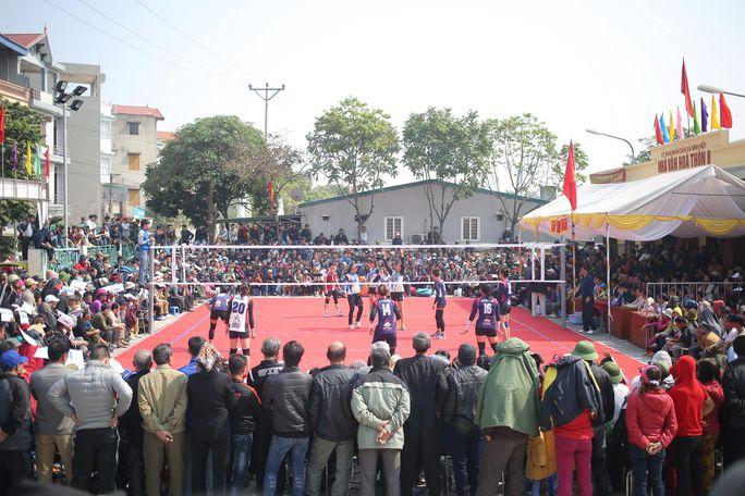 Khán giả chen kín sân khi bóng chuyền đỉnh cao về làng Ảnh: THẮNG NGUYỄN