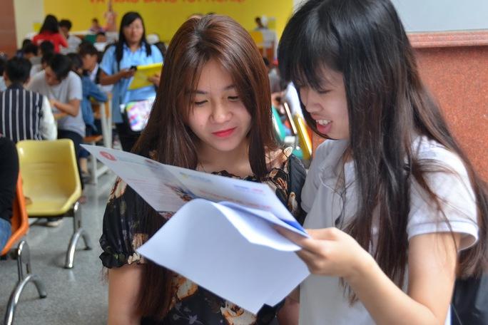 Thí sinh tìm hiểu thông tin xét tuyển của một trường ngoài công lập tại TP HCM Ảnh: TẤN THẠNH