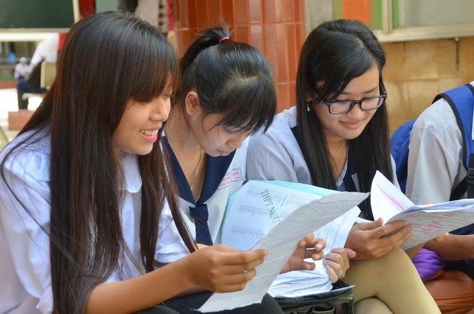 Thí sinh xem đề thi trong kỳ thi THPT quốc gia 2016 Ảnh: Tấn Thạnh
