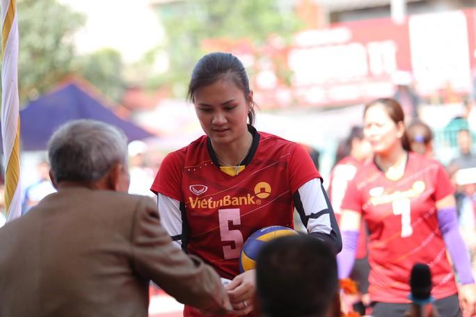 VĐV Kim Huệ nhận thưởng nóng từ một CĐV lớn tuổi giữa trận sau một pha bóng hay Ảnh: THẮNG NGUYỄN