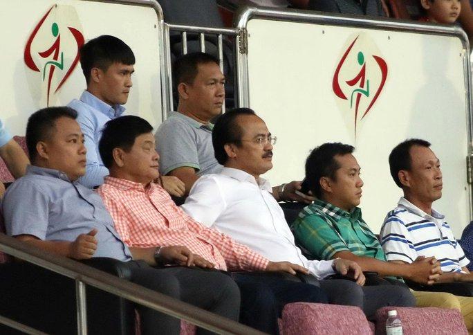Trưởng BTC V-League Nguyễn Minh Ngọc (bìa trái hàng dưới) bị cho là thiếu chủ động, không xuống sân nhắc nhở giám sát, trọng tài để ngăn ngừa sự cố tối 19-2 trên sân Thống Nhất Ảnh: QUANG LIÊM