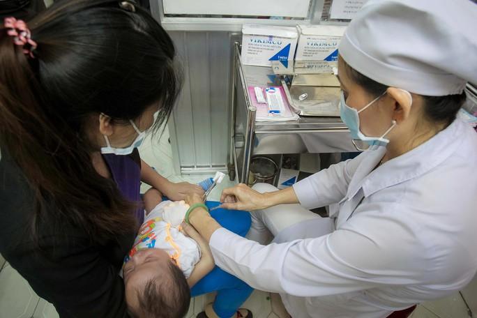 Trẻ hoãn tiêm chủng cần sớm được tiêm bổ sung - Ảnh 1.