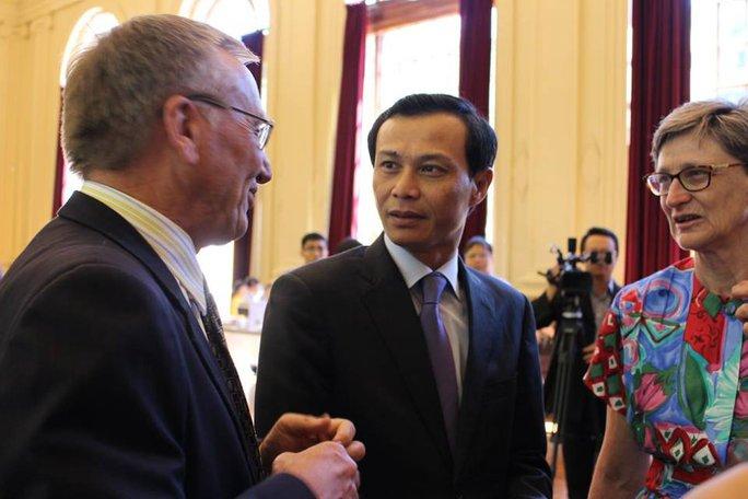 Đại sứ Việt Nam tại Úc Lương Thanh Nghị (giữa) trò chuyện cùng các vị khách quốc tế