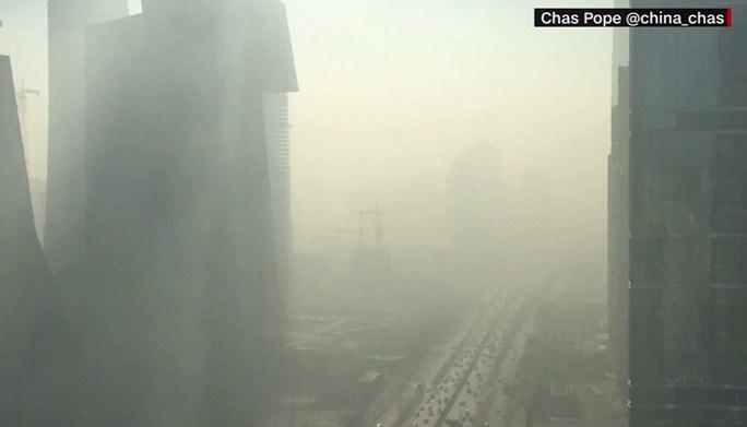 Thủ đô Bắc Kinh chìm trong khói bụi ngày 2-1. Ảnh: CNN