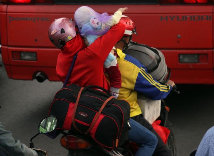 Nhiều gia đình tranh thủ về quê ăn Tết bị mắc kẹt trong đám kẹt xe.