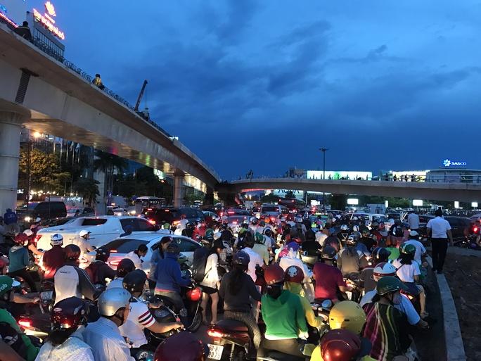 Ngàn người và xe chôn chân quanh sân bay Tân Sơn Nhất - Ảnh 1.