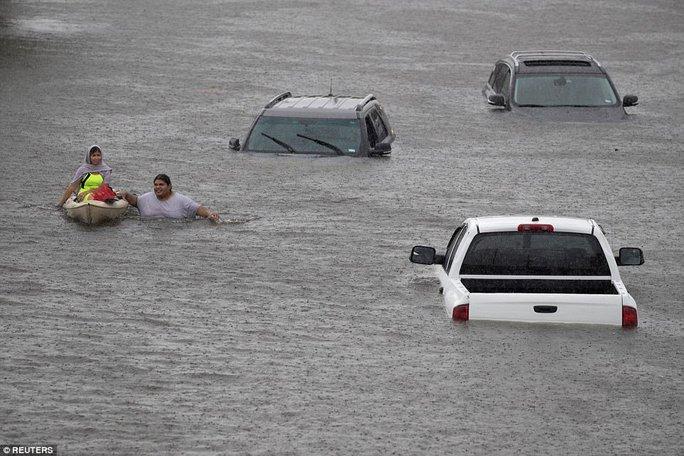 Mỹ xả đập cứu lũ cho Houston - Ảnh 4.