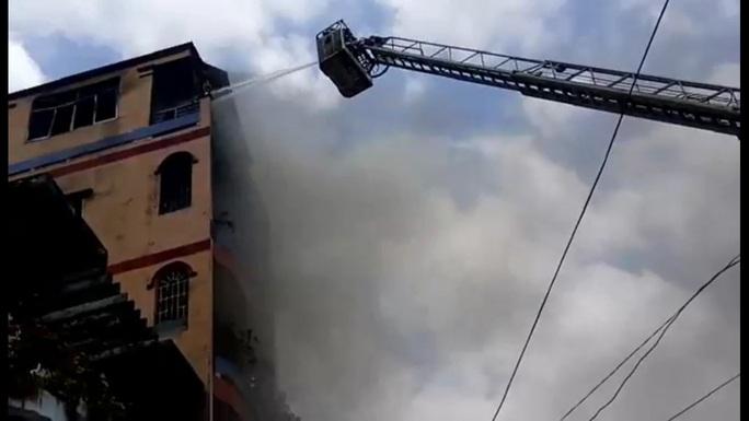 Lực lượng chức năng phải dùng xe thang chuyên dụng để chữa cháy.