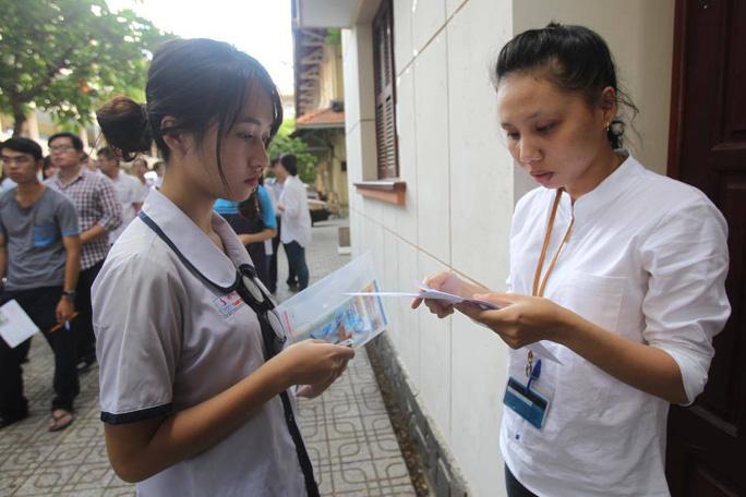 Kiểm tra hồ sơ thí sinh trươc khi bước vào kỳ thi THPT quốc gia. Ảnh: Hoàng Triều