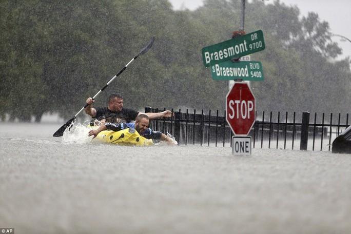 Mỹ xả đập cứu lũ cho Houston - Ảnh 3.