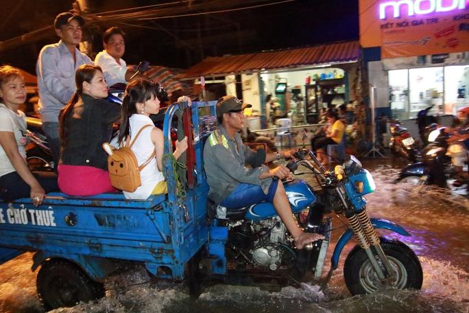 Sài Gòn hụp lặn trong nước ngập đêm đầu tuần - Ảnh 15.